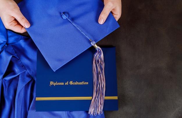 Un diplôme de diplôme avec chapeau de graduation avec espace vide Photo Premium