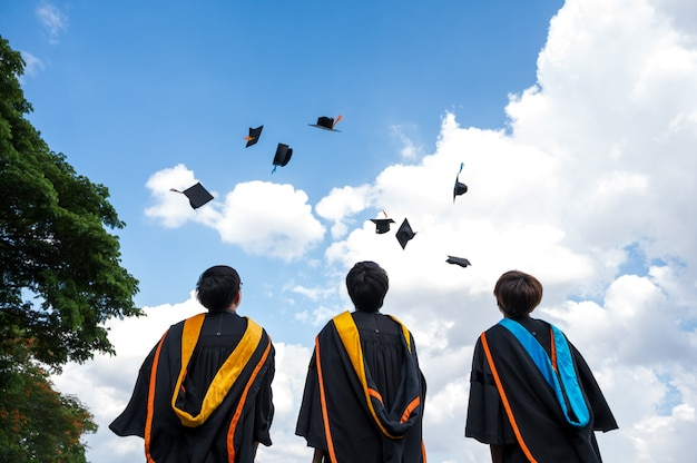 Les diplômés jettent des chapeaux le jour de la remise des diplômes à l'université. Photo Premium