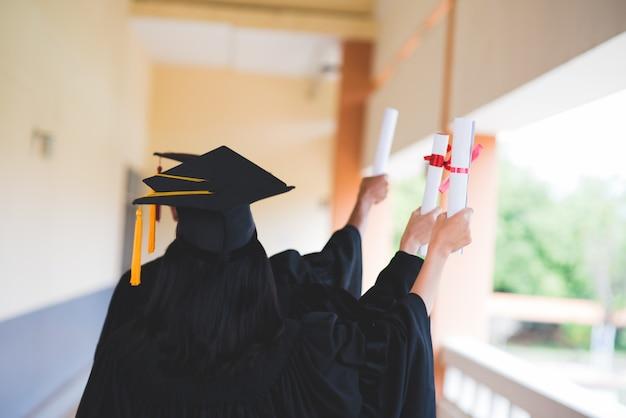 Les diplômés noirs portent des costumes noirs le jour de la remise des diplômes à l'université. Photo Premium