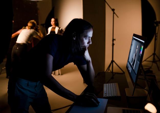Directeur artistique vérifiant les photos sur un moniteur Photo Premium