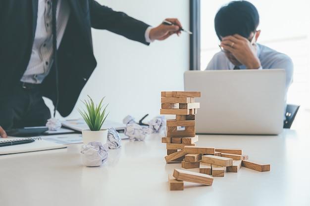 Le Directeur Commercial Blâmant Un Employé Stressé Photo Premium