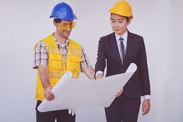 Directeur de la construction et ingénieur en regardant les plans Photo Premium
