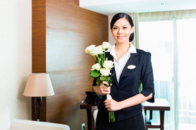 Le directeur d'un hôtel asiatique chinois accueille les invités vip qui arrivent Photo Premium