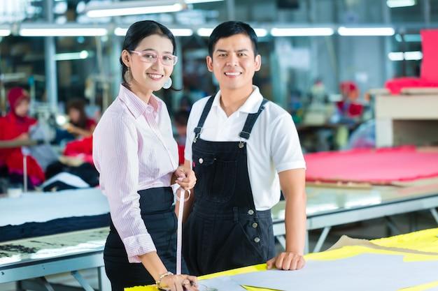 Directeur de production et designer dans une usine asiatique Photo Premium