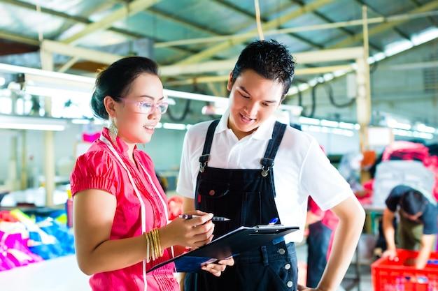 Directeur de production et designer dans une usine Photo Premium