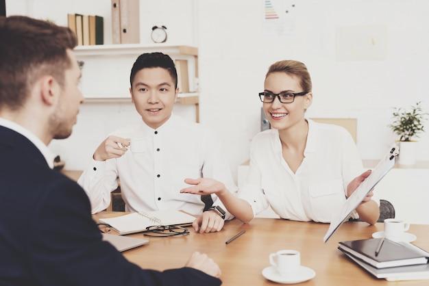 Directrice des ressources humaines en blouse et jupe au bureau. Photo Premium
