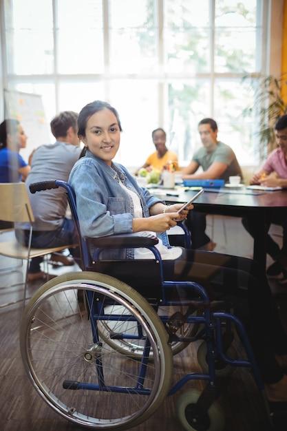 Dirigeant d'entreprise en utilisant handicapped tablette numérique Photo gratuit