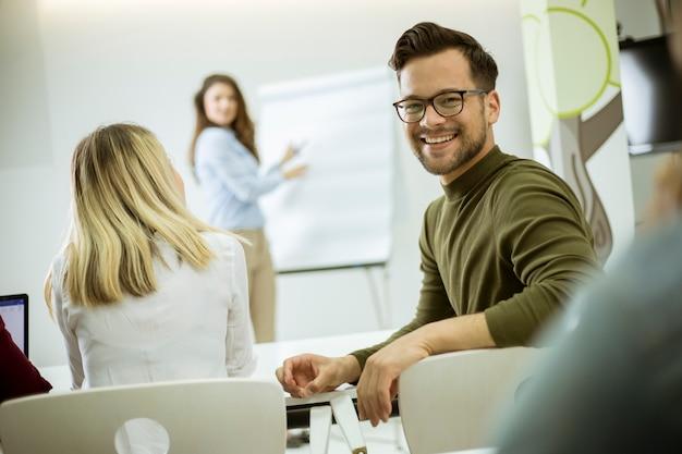 Dirigeante créative et positive parlant du plan d'affaires avec les étudiants lors d'un atelier Photo Premium
