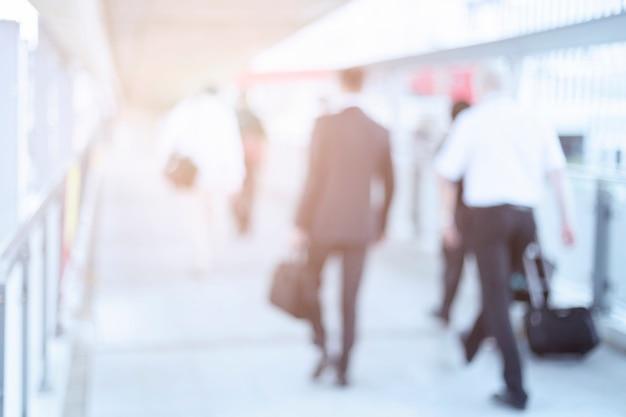 Dis focus de gens d'affaires marchant dans le couloir au centre d'affaires Photo Premium