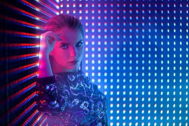 Disco danseuse au néon en boite de nuit. mode modèle femme au néon Photo Premium