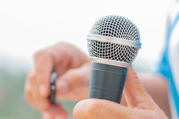 Discours d'homme d'affaires intelligent et parlant avec des microphones dans la salle de séminaire ou de conférence parlante Photo Premium