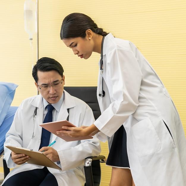 Discussion entre deux médecins asiatiques Photo Premium
