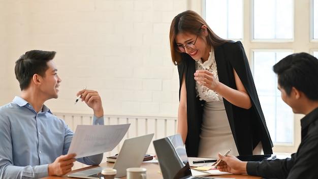 Discussion de solution de remue-méninges de jeunes gens d'affaires au travail de bureau. Photo Premium
