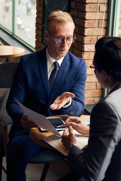 Discuter de documents commerciaux Photo gratuit