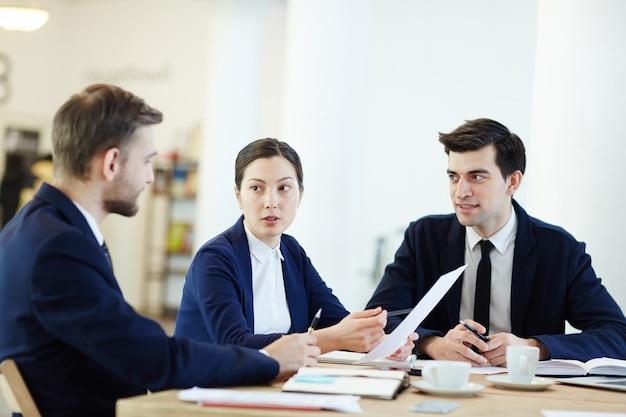 Discuter des documents Photo Premium