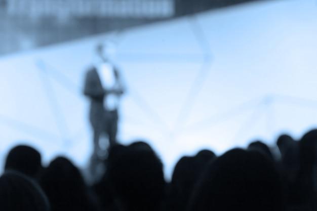 Disfocus du président parlant de conférence d'affaires. Photo Premium
