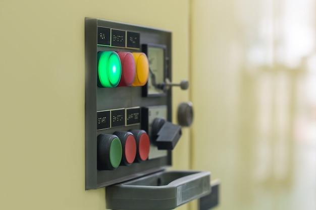 Disjoncteur électrique de commande électrique de commutateur principal de panneau de commande électrique dans l'armoire Photo Premium