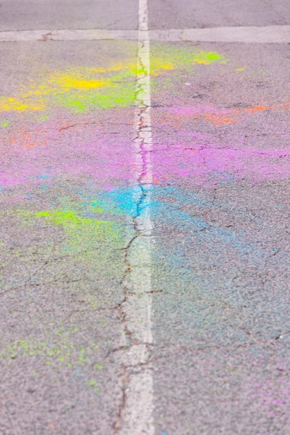 Dispersion de poussière de couleur sur la route sur le festival de holi Photo gratuit