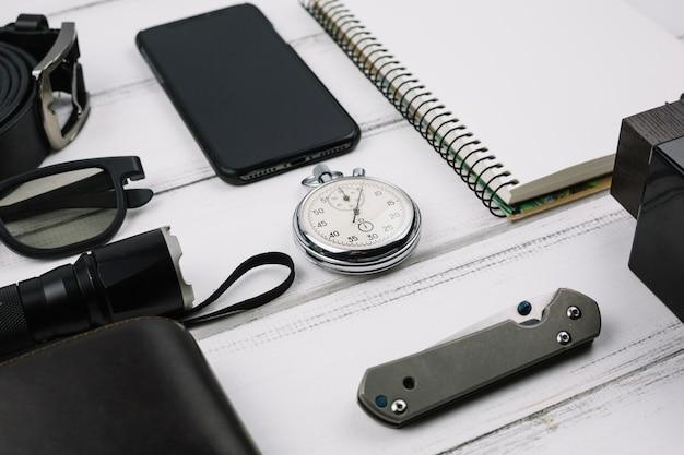Dispositifs masculins près des accessoires Photo gratuit