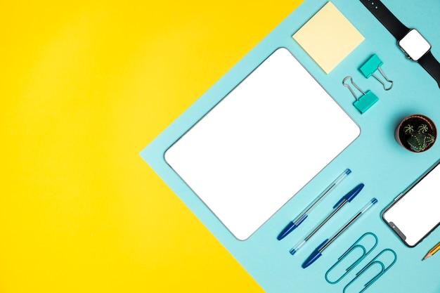 Dispositifs plats avec fournitures de bureau Photo gratuit