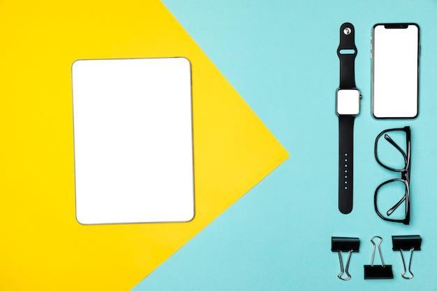 Dispositifs plats poser sur fond coloré Photo gratuit