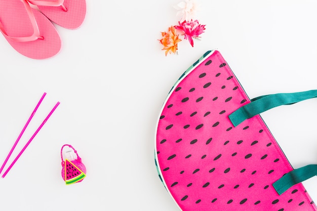 Disposition d'accessoires et de jouets pour les vacances d'été Photo gratuit