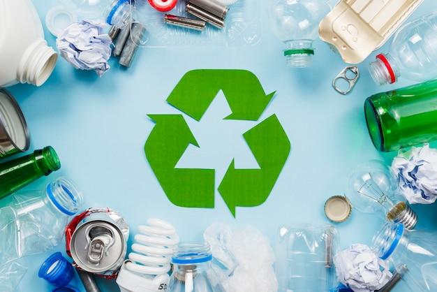 Disposition des déchets de tri pour le recyclage Photo gratuit