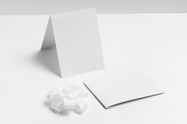 Disposition De Morceaux De Papier à Angle élevé Photo Premium