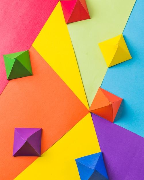 Disposition d'origami en papier brillant Photo gratuit