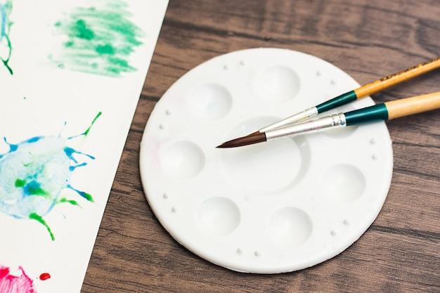 Disque à Disques à L'aquarelle Peintures Et Pinceaux à Peindre à Colorier Pour Dessiner Des Aquarelles Sur Papier. Créer De L'art Photo Premium
