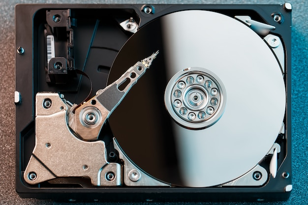 Disque dur démonté de l'ordinateur, disque dur avec effet miroir Photo Premium