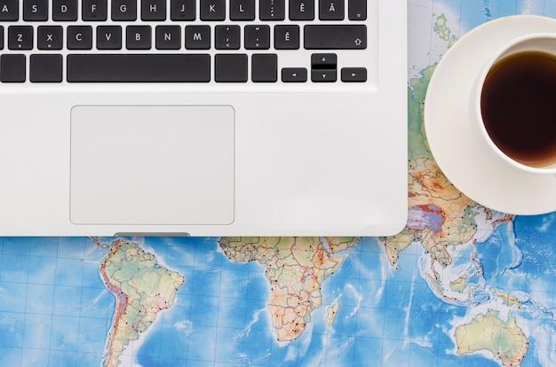 Disque plat de portable sur la carte du monde Photo gratuit