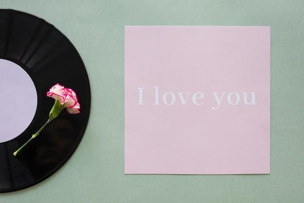 Disque vinyle noir avec l'inscription i love you sur la table Photo gratuit