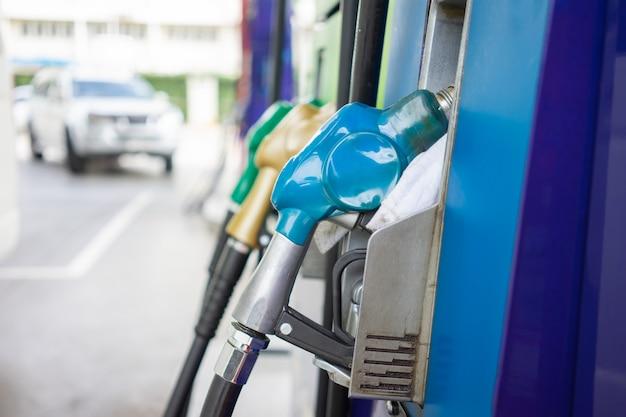 Distributeur de carburant de voiture au centre de distribution d'huile concept de voyage réduire Photo Premium