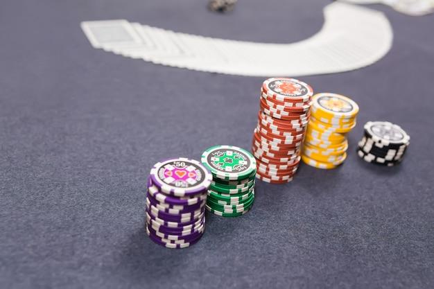 Distributeur répandant le pont au jeu de poker Photo Premium