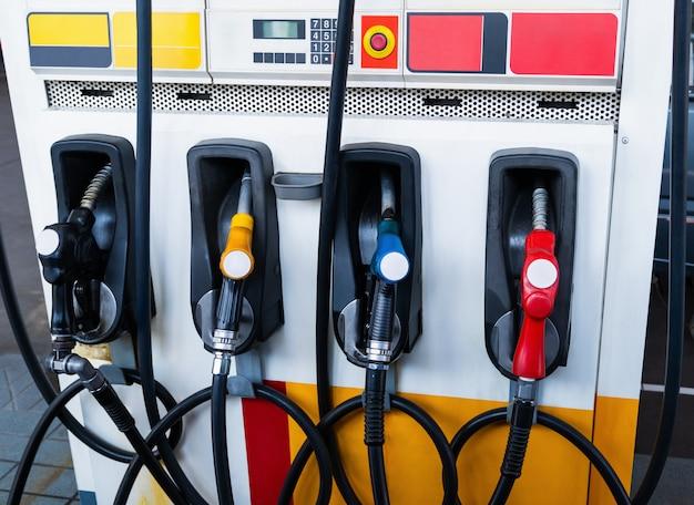 Distributeurs de pétrole ou alimentation en carburant à la station de ravitaillement Photo Premium