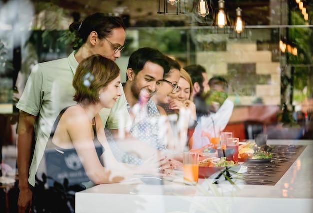 Divers amis ensemble au restaurant Photo Premium