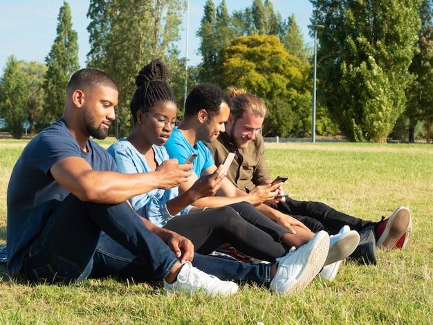 Divers amis partageant du contenu sur des téléphones Photo gratuit