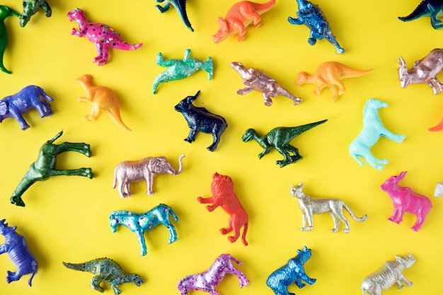 Divers animaux figurines dans un fond coloré Photo gratuit