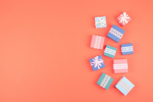Divers coffrets cadeaux d'anniversaire avec dentelle sur fond corail Photo Premium
