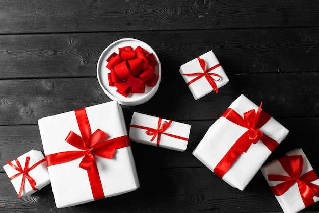 Divers coffrets cadeaux sur table en bois, vue de dessus Photo Premium