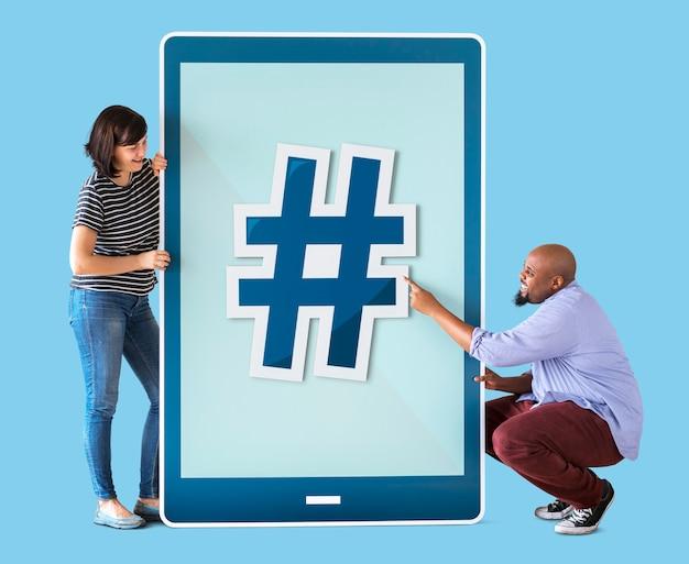 Divers couple de personnes tenant une tablette Photo Premium