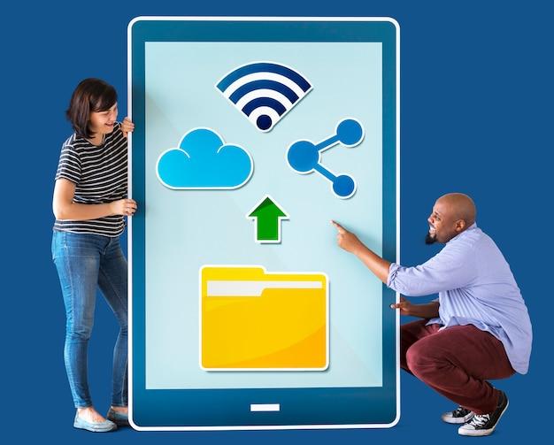 Divers couple tenant une tablette avec des graphiques Photo Premium