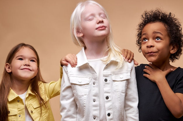 Divers Enfants Positifs Souriants Posant Heureux Ensemble Photo Premium