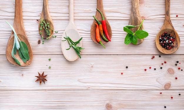 Divers des épices et des herbes dans des cuillères en bois. Photo Premium