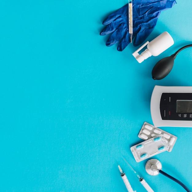 Divers équipements médicaux sur fond bleu Photo gratuit