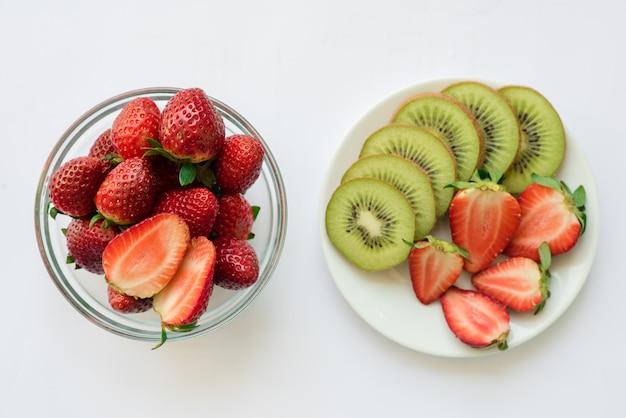 Divers fruits aux légumes sur fond de bois Photo gratuit
