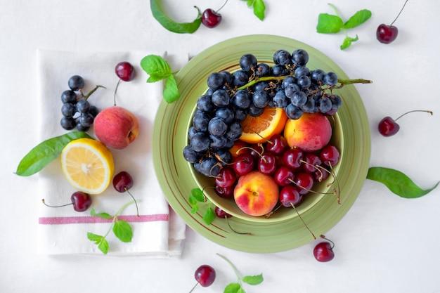 Divers Fruits Sur Plateau Photo Premium