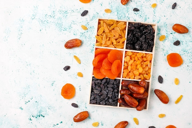 Divers Fruits Secs, Dattes, Prunes, Raisins Secs, Figues, Vue De Dessus Photo gratuit