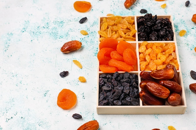 Divers Fruits Secs, Dattes, Prunes, Raisins Secs Et Figues Photo gratuit